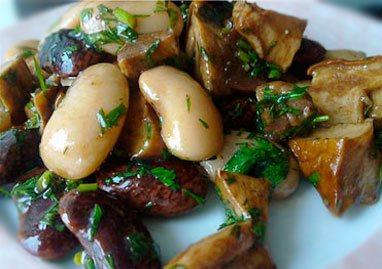Теплый салат из фасоли с грибами
