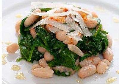Салат с фасолью и шпинатом
