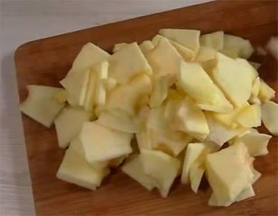 очищаем яблоки от шкурки