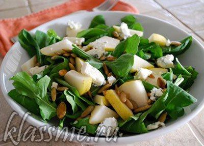 Салат из рукколы с грушей и брынзой