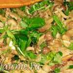 Спагетти с грибами и листьями салата