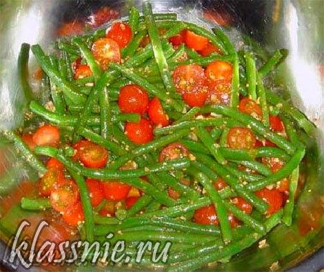 Смешать овощи с соусом