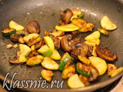 Обжарить кабачки с грибами