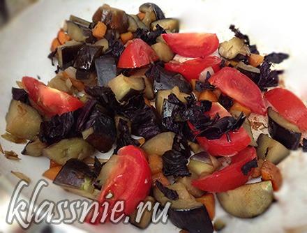 Добавить помидоры и базилик
