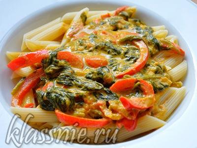 Пенне с помидорами, шпинатом и восточными специями