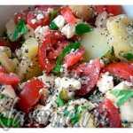 Картофельный салат с помидорами, фетой и маком