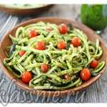 Сыроедческие спагетти из кабачков с авокадо и помидорами