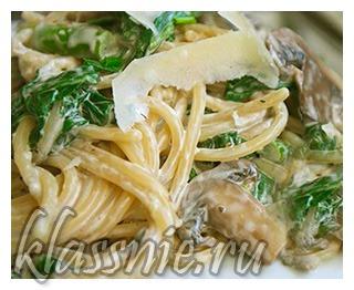 Спагетти с грибами и шпинатом под сливками