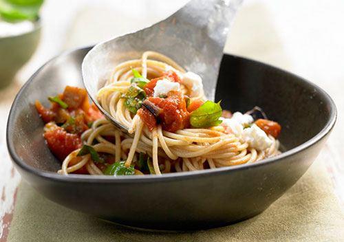 Спагетти с баклажанами, помидорами и сыром