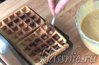 Вылить тесто на вафельницу