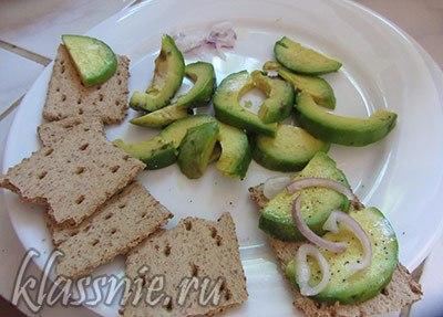 Хлебцы и авокадо