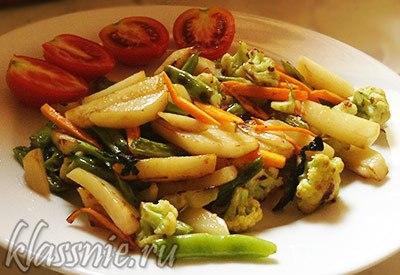 Картофель со спаржевой фасолью и овощами
