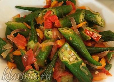 Бамия (окра) с овощами: помидорами, морковью и луком