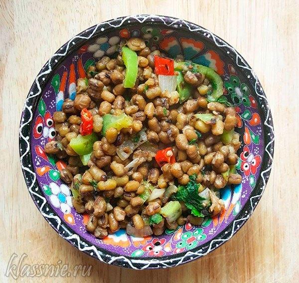 Зеленый маш со специями и овощами