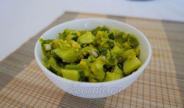 Салат из авокадо с зеленым луком