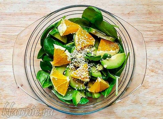 Салат из авокадо с апельсином и шпинатом