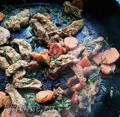 Жареное соевое мясо с морковью и зеленью