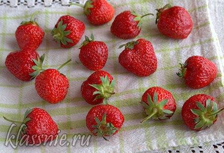 Промываем ягоды и сушим