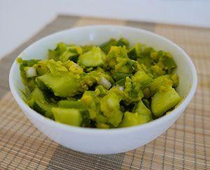 Салат из авокадо с огурцом и с зеленым луком «Яичный»