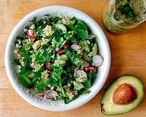 Салат с киноа, авокадо и редисом