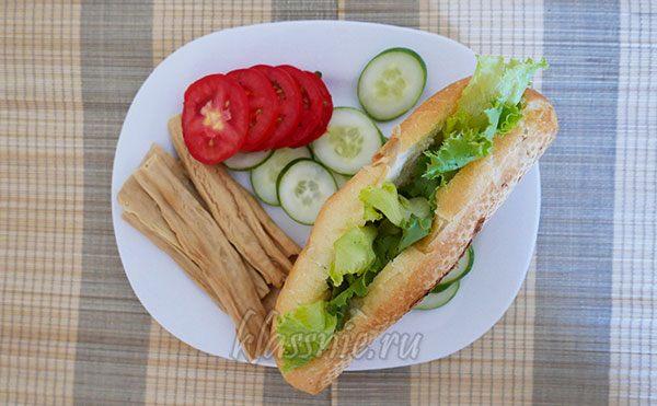 Листья салата в булочке