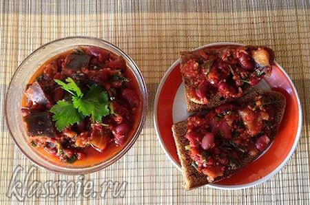 Баклажаны с фасолью в томатном соусе