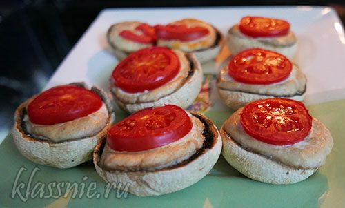Грибы фаршированные сыром и помидорами