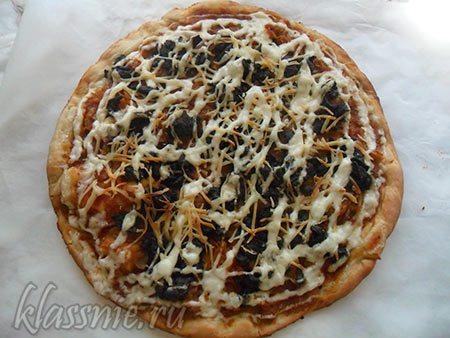 Запеченная пицца с тушеной капустой