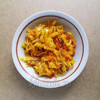 Тушеная капуста с помидором и морковью