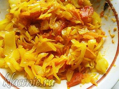 Тушеная капуста с помидорами и морковью