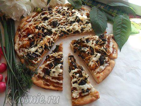 Пицца с грибами и тушеной капустой