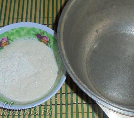 Вода в кастрюле и сироп