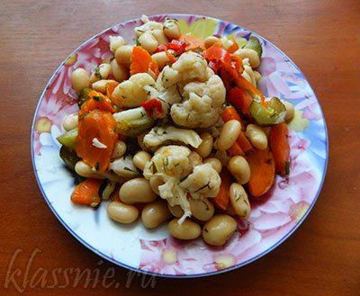 Салат с цветной капустой, фасолью и овощами