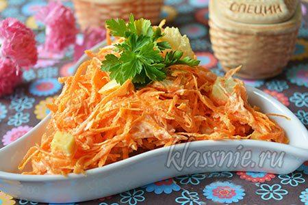 Салат с сырой морковью и сыром с домашними сухариками