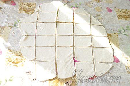 Нарезанное тесто на квадраты
