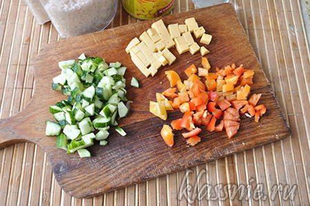 Сыр и перчик болгарский, нарезанные кубиком
