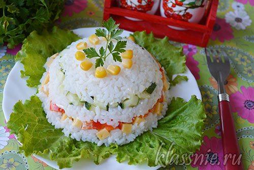 Салат с рисом, кукурузой, сыром и свежими огурцами
