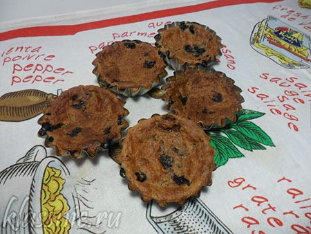 Творожные кексы с ягодной начинкой на столе