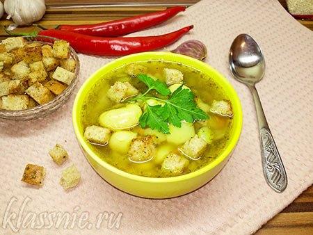 Суп с фасолью, грибами и крутонами