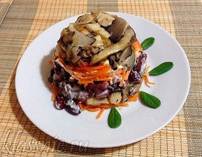 Салат из грибов с фасолью и корейской морковкой