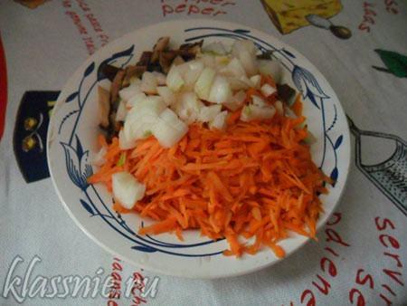 Лук, морковь и кубиком картофель
