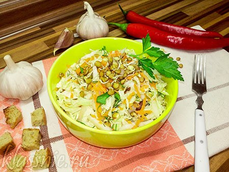 Салат с пророщенной чечевицей и пекинской капустой