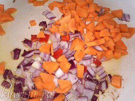 Пассированные лук и морковка