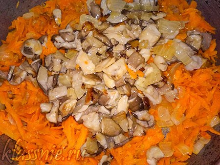 Лук, морковка и вешенки для начинки