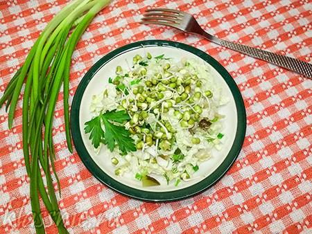 Салат с пророщенным машем и овощами