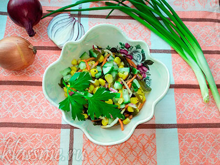 Салат из морской капусты, с кукурузой и огурцом