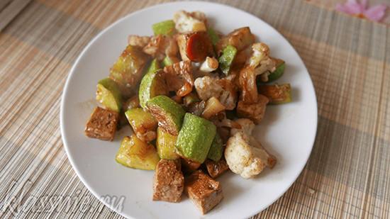 Тофу с кабачками и цветной капустой
