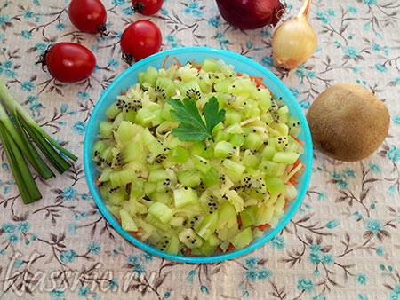 Салат с киви и копченым сыром