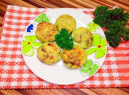 Соленые сырники с зеленью на сковороде