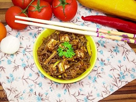 Фунчоза с тофу и овощами. Китайская стеклянная лапша с тофу